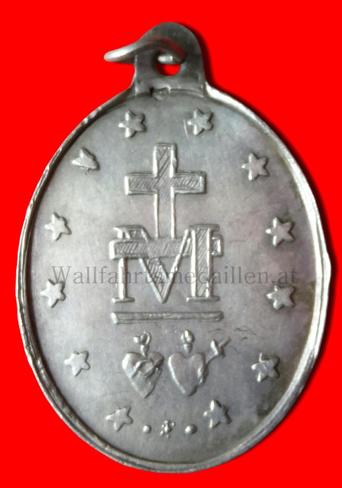 Das vom Kreuz überagte M darunter die Herzen Jesu u. Maria